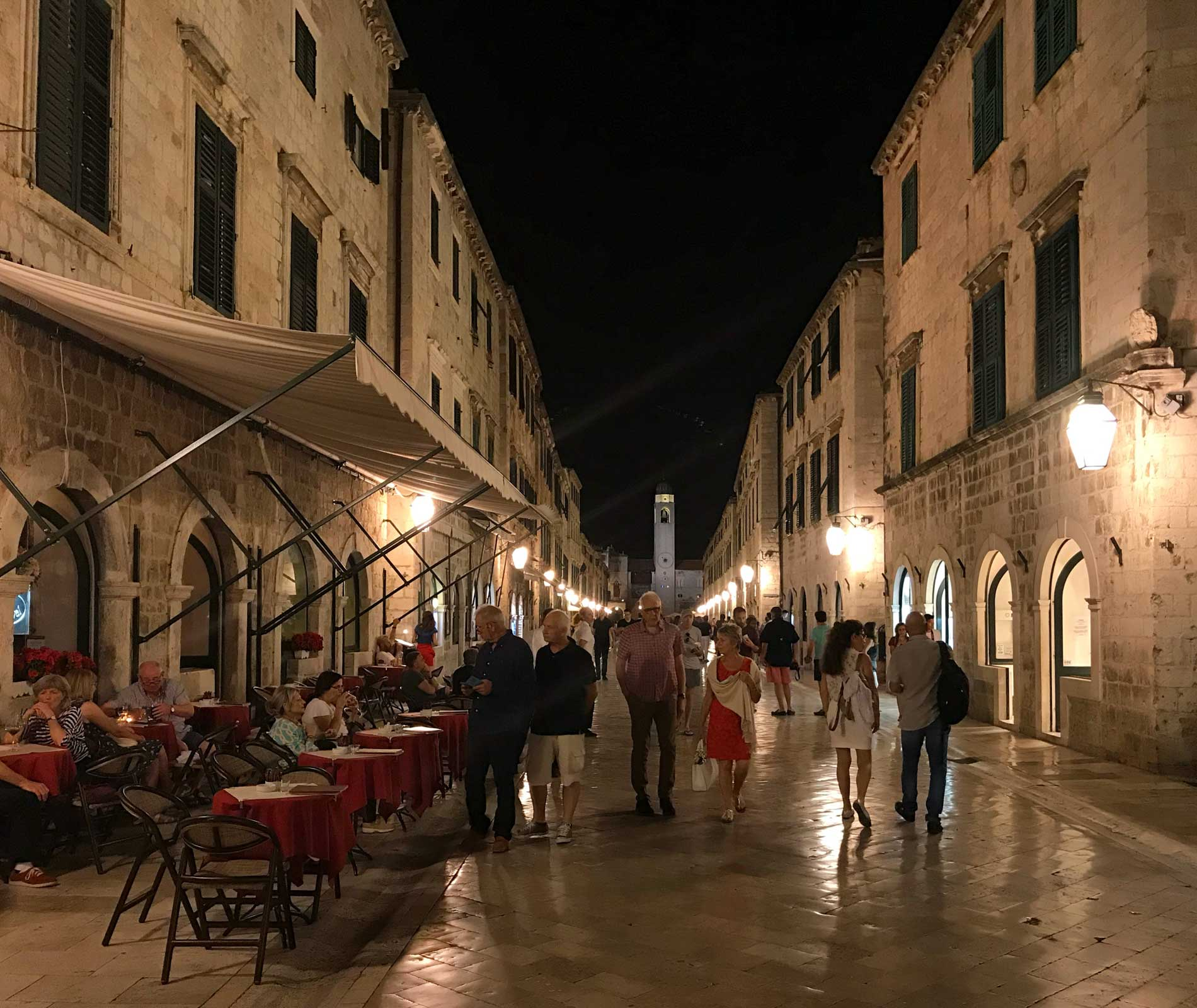 Dubrovnik-Croazia-Stradun-by-night-turisti-tavolini-ristoranti