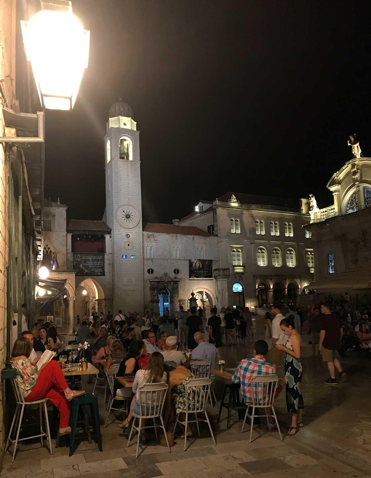 Dubrovnik-Croazia-Piazza-della-Loggia-by-night-turisti-tavolini-ristoranti