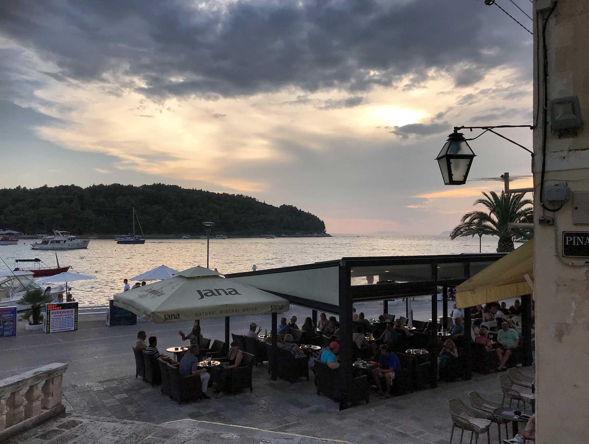 Cavtat-Dubrovnik-Croazia-vista-mare-ristorante-lampione-nuvole
