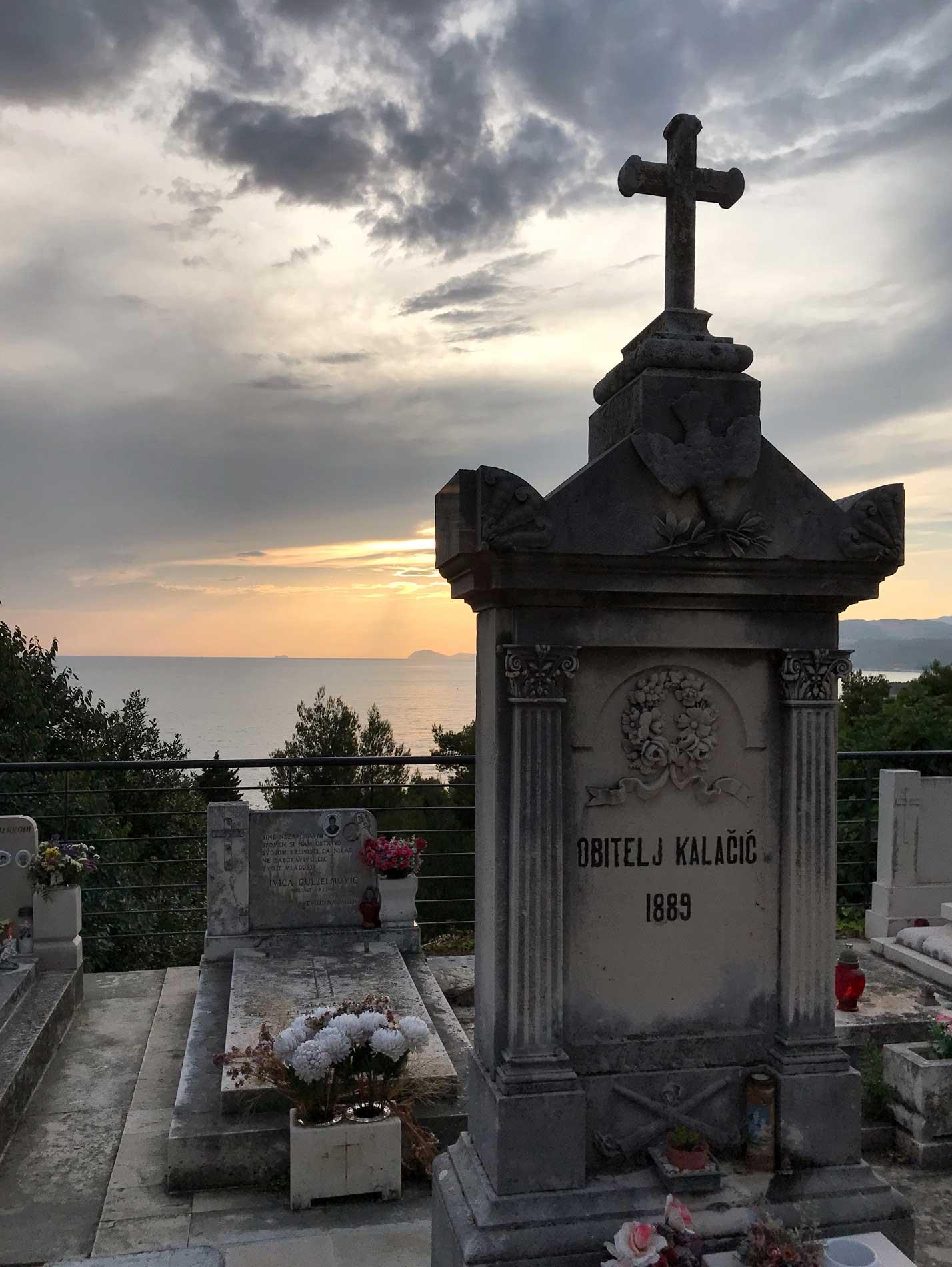 Cavtat-Dubrovnik-Croazia-cimitero-lapidi-tramonto