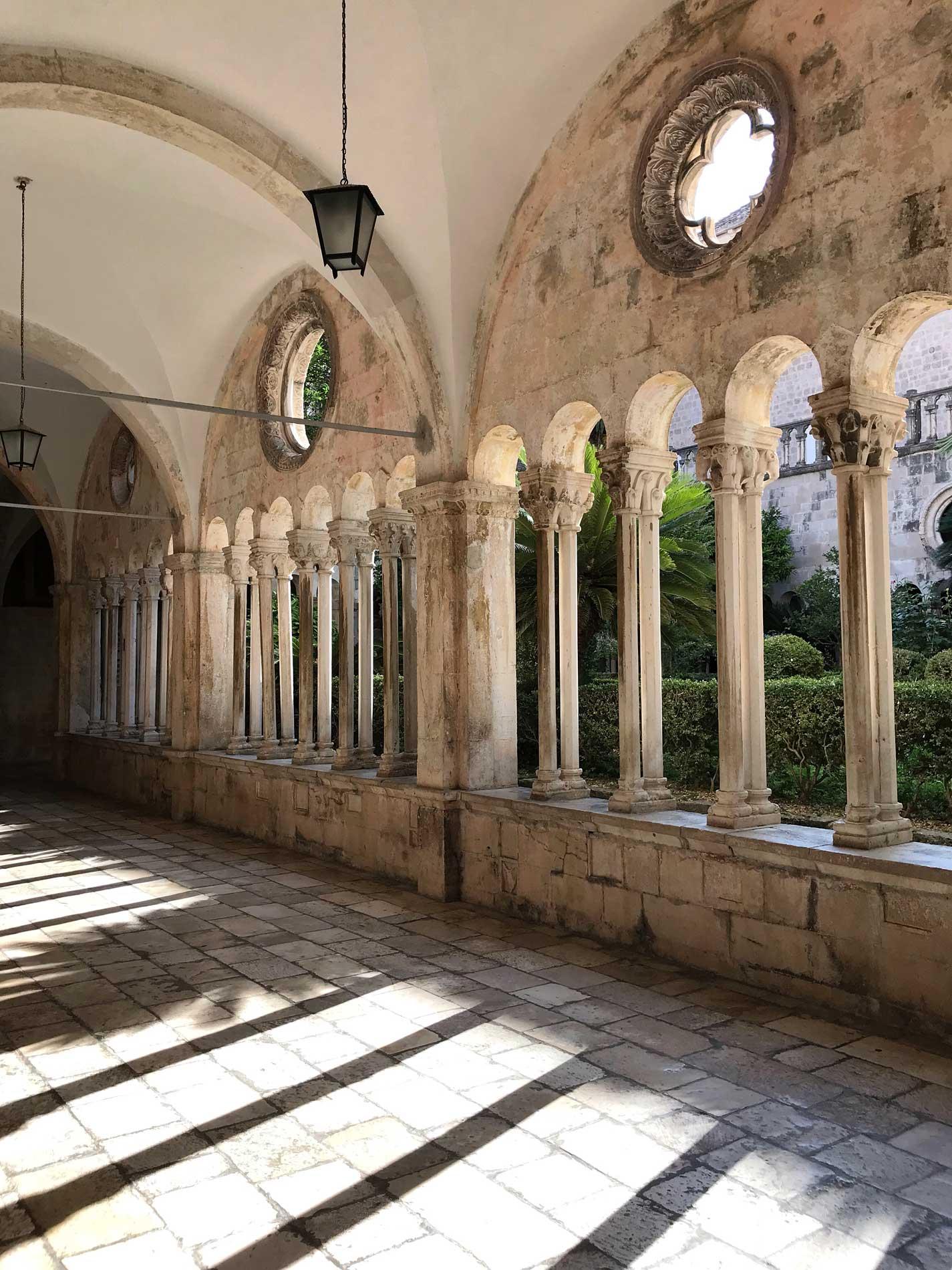 Dubrovnik-Croazia-chiostro-monastero-di-San-Francesco-arcate-luce
