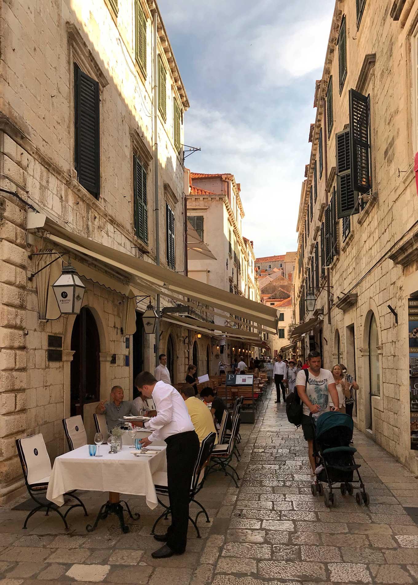 Dubrovnik-Croazia-strada-Citta-Vecchia-turisti-tavolini