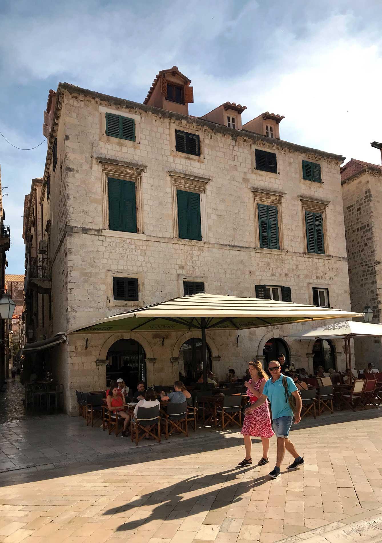 Stradun-Dubrovnik-Croazia-turisti-che-passeggiano