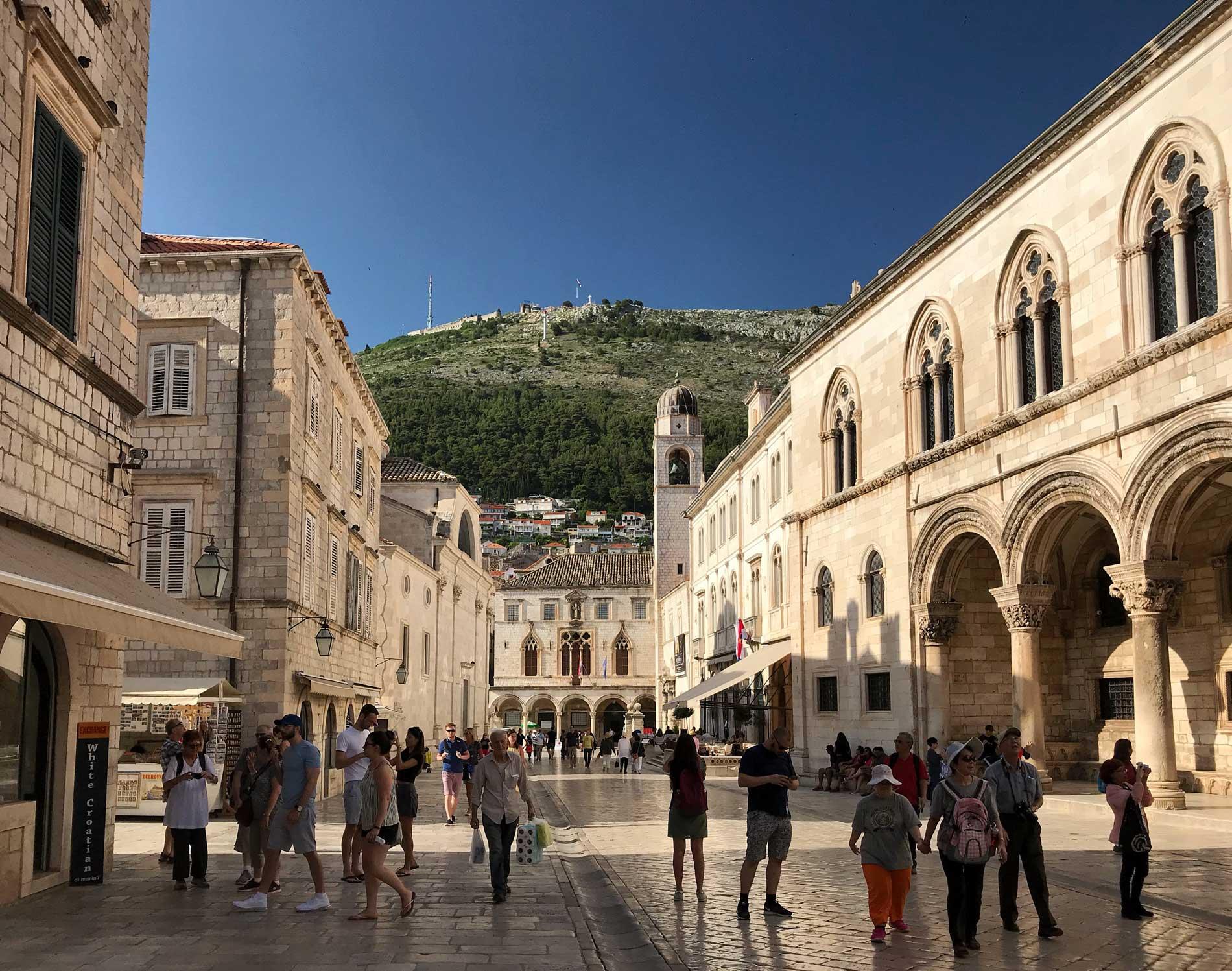Dubrovnik-Croazia-piazza-della-Loggia-Palazzo-dei-rettori-loggiato