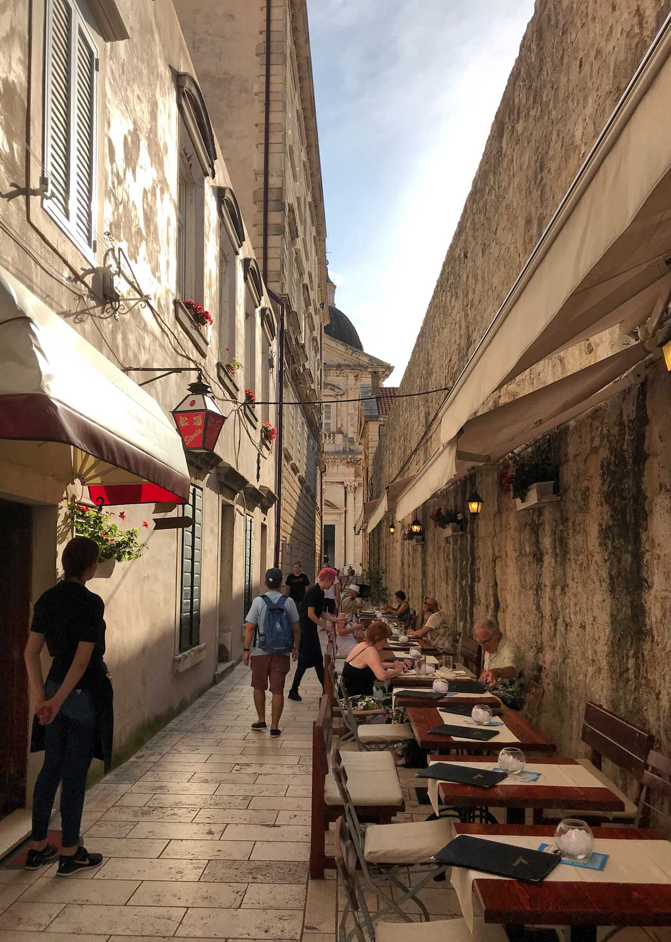 Dubrovnik-Croazia-stradina-tavolini-turisti-cameriere-Cattedrale