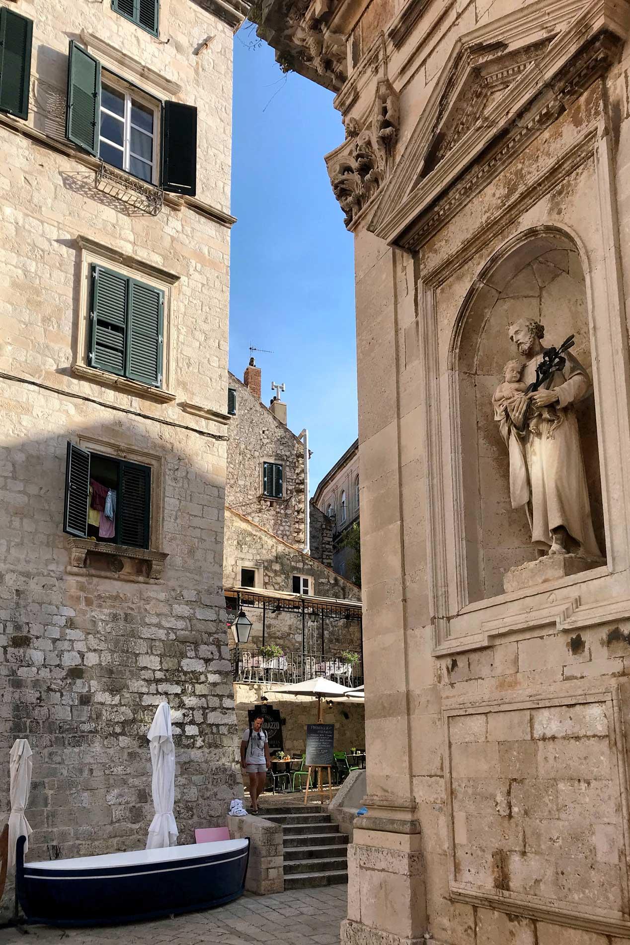 Dubrovnik-Croazia-scorcio-Cattedrale-statua-casa-cielo
