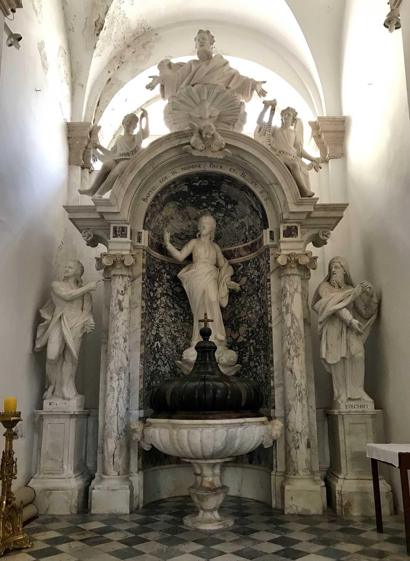 Dubrovnik-Croazia-Cattedrale-interno-cappella-statue-sculture