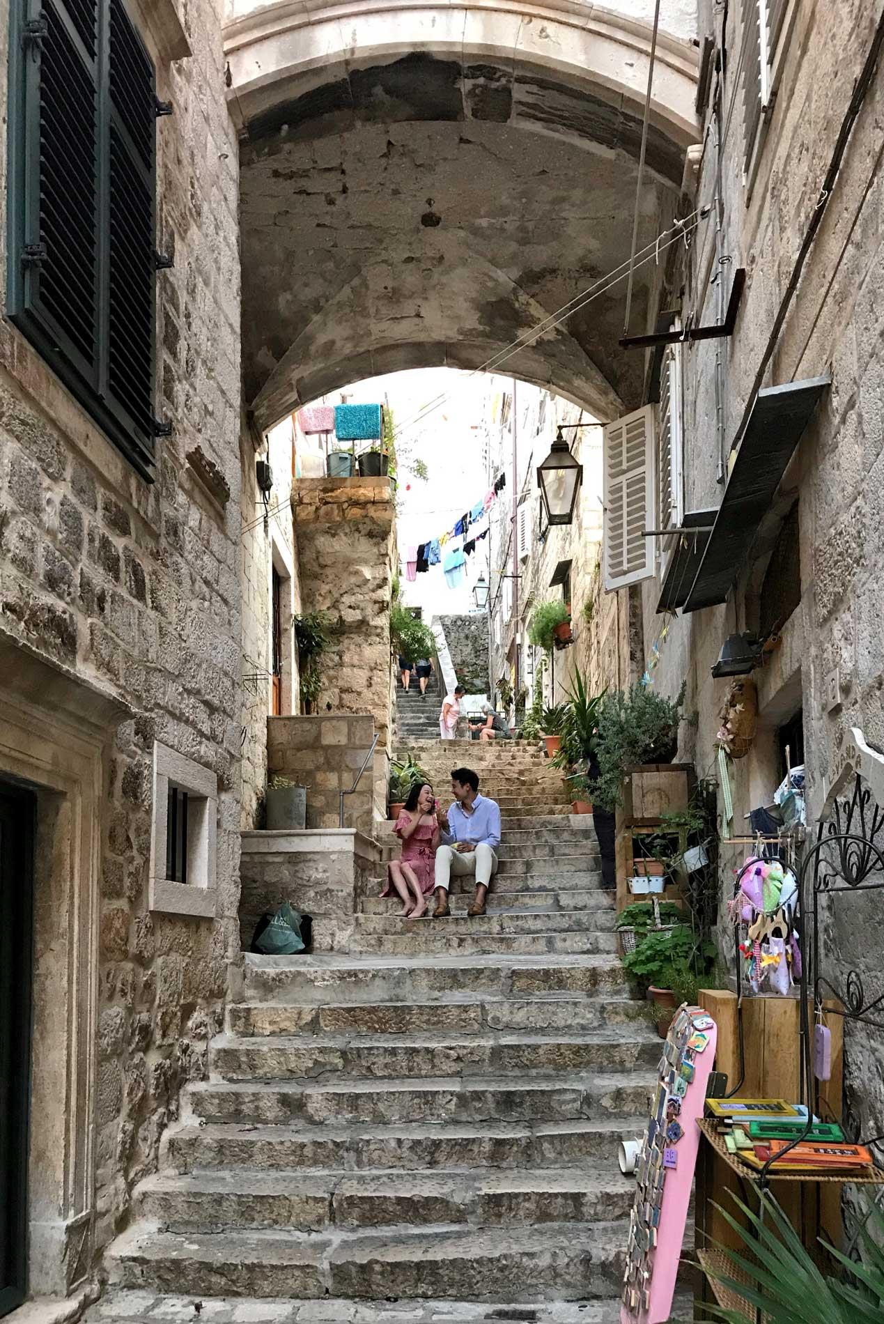 Dubrovnik-Croazia-scalinata-Citta-Vecchia-turisti-giapponesi-innamorati