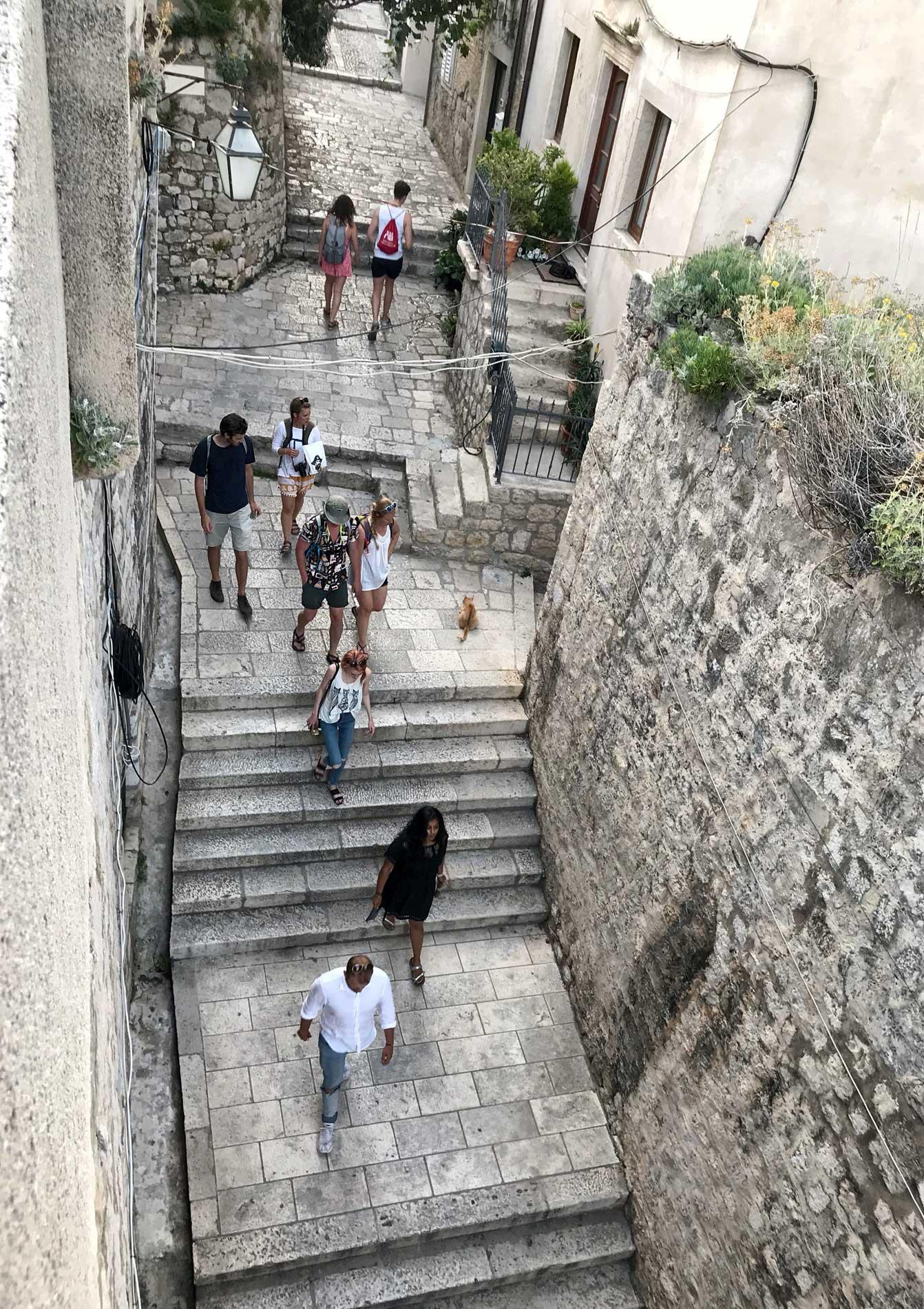 Dubrovnik-Croazia-vista-dalle-mura-persone-gradini-strada