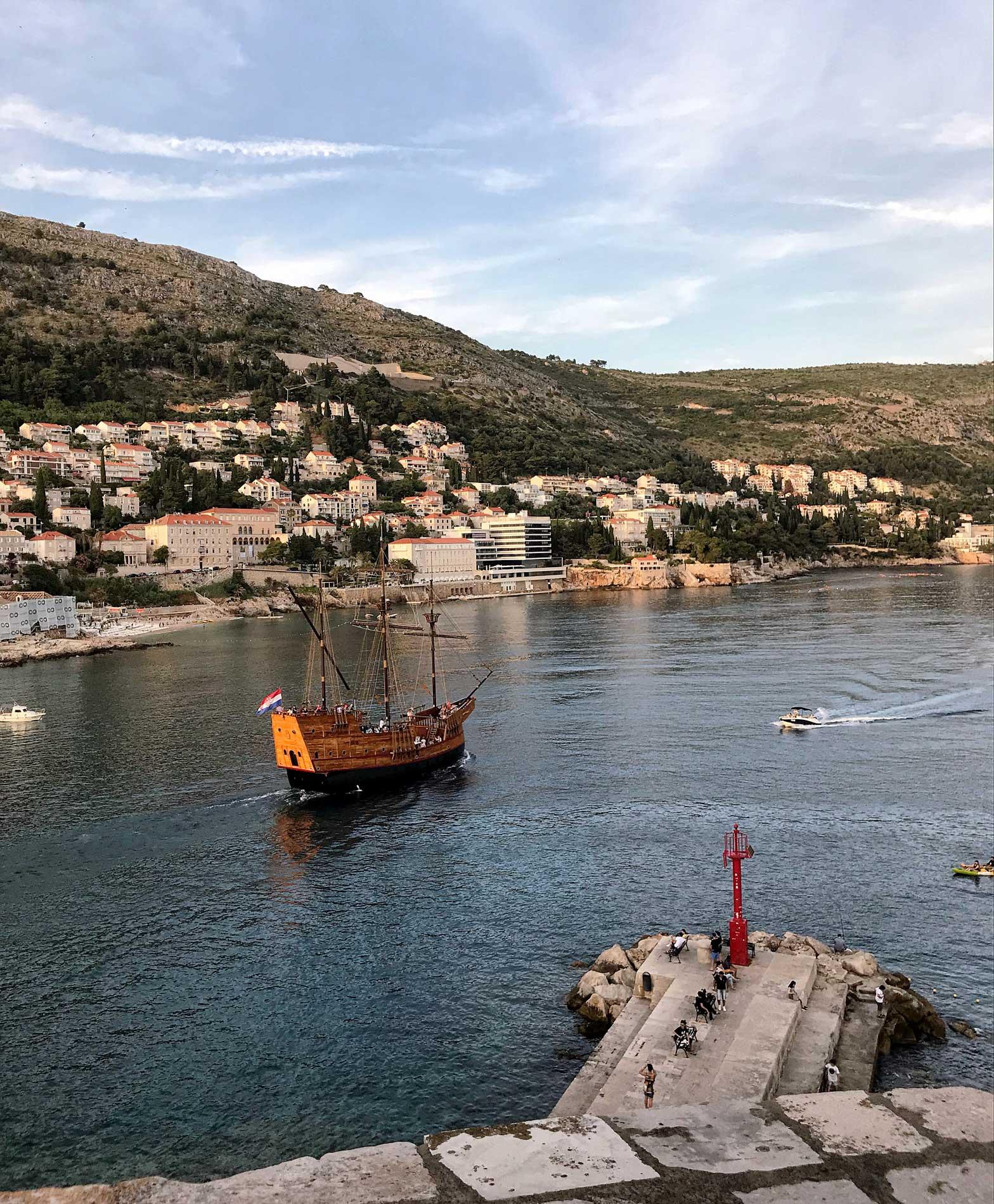 Dubrovnik-Croazia-vista-dalle-mura-galeone-porto-vecchio