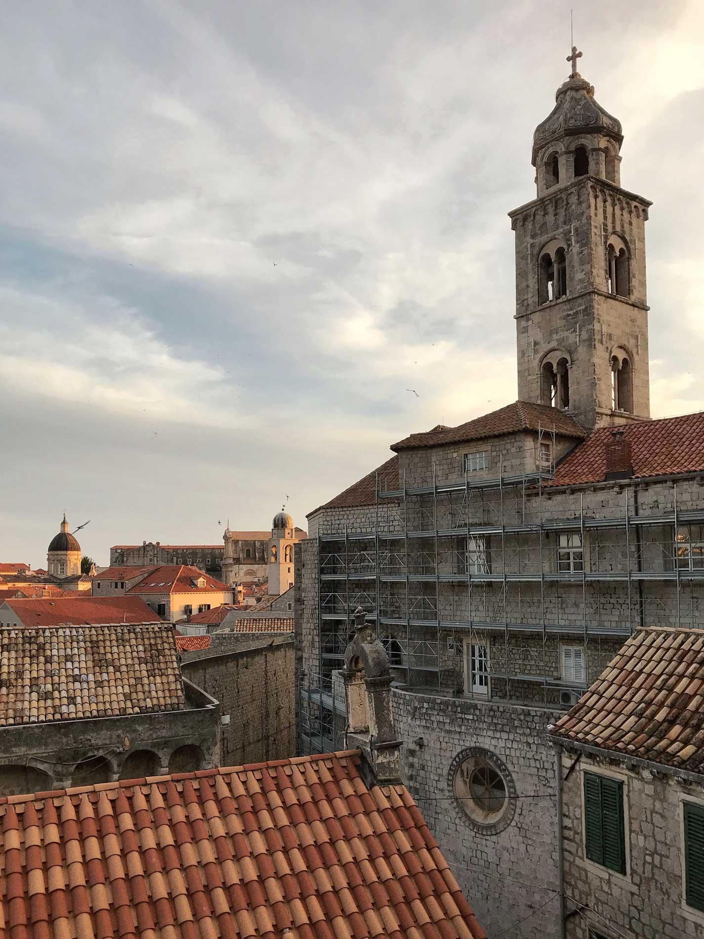 Dubrovnik-Croazia-vista-dalle-mura-Monastero-benedettino-campanile