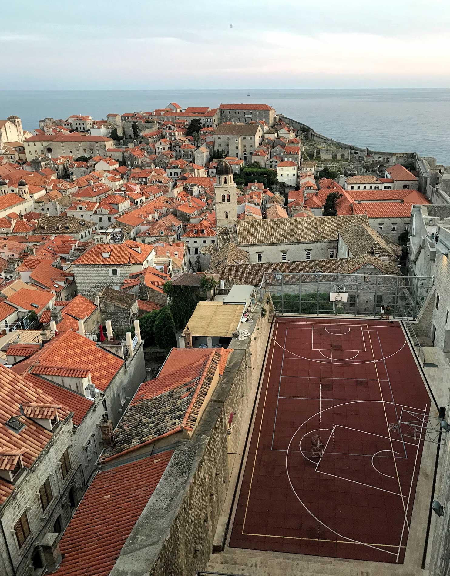 Dubrovnik-Croazia-panorama-tour-delle-mura-campo-da-basket