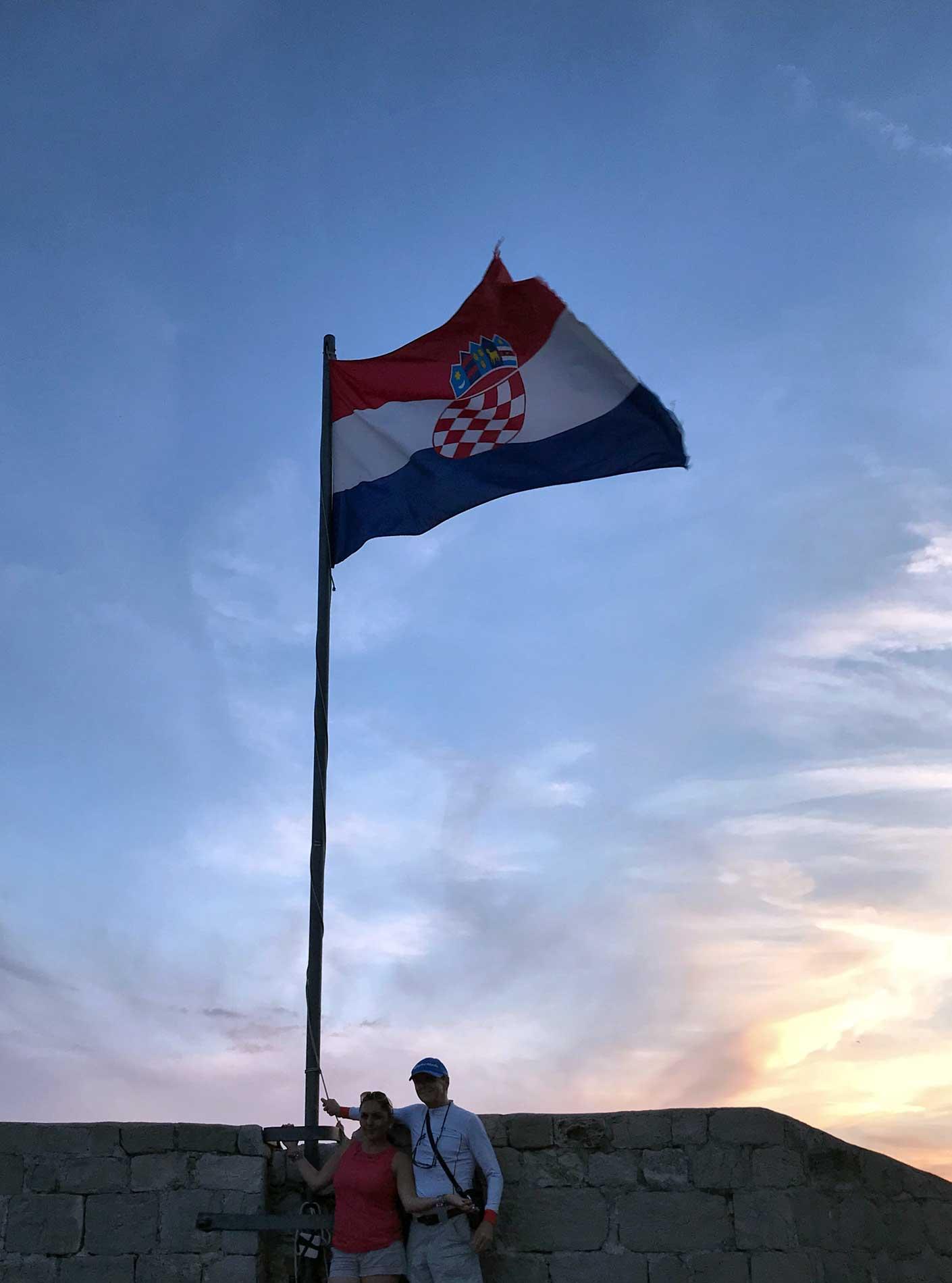 Dubrovnik-Croazia-Torre-Minceta-bandiera-croata-che-sventola