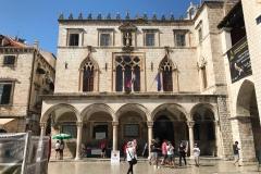 Dubrovnik-Piazza-della-Loggia-Palazzo-Sponza-con-turisti