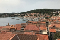 Panorama-dal-Campanile-chiesa-San-Marco-Korcula-Croazia-tetti-mare-case