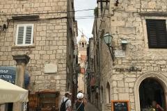 Korcula-Croazia-via-principale-palazzi-campanile
