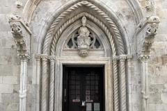 Portale-scolpito-cattedrale-San-Marco-Korcula-Croazia