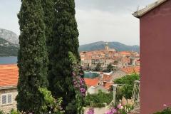 Korcula-Croazia-vista-tetti-rossi-cipressi-campanile