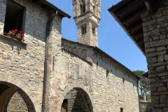 campanile-di-ossuccio-nel-cielo-blu-e-le-mura-dellantiquarium