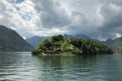 isola-comacina-sul-lago-di-como-vista-da-ossuccio-cielo-nuvoloso
