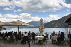 tavolini-con-turisti-sul-lungolago-di-lenno-lago-di-como