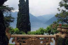 villa-del-balbianello-vista-dal-balcone-sul-lago-di-como-cipressi-e-montagne