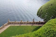 vista-da-villa-del-balbianello-verso-il-lago-di-como-statue-e-acqua