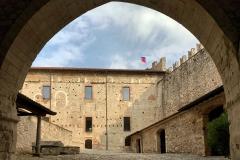Rocca-di-Angera-famiglia-Borromeo-cortile-interno
