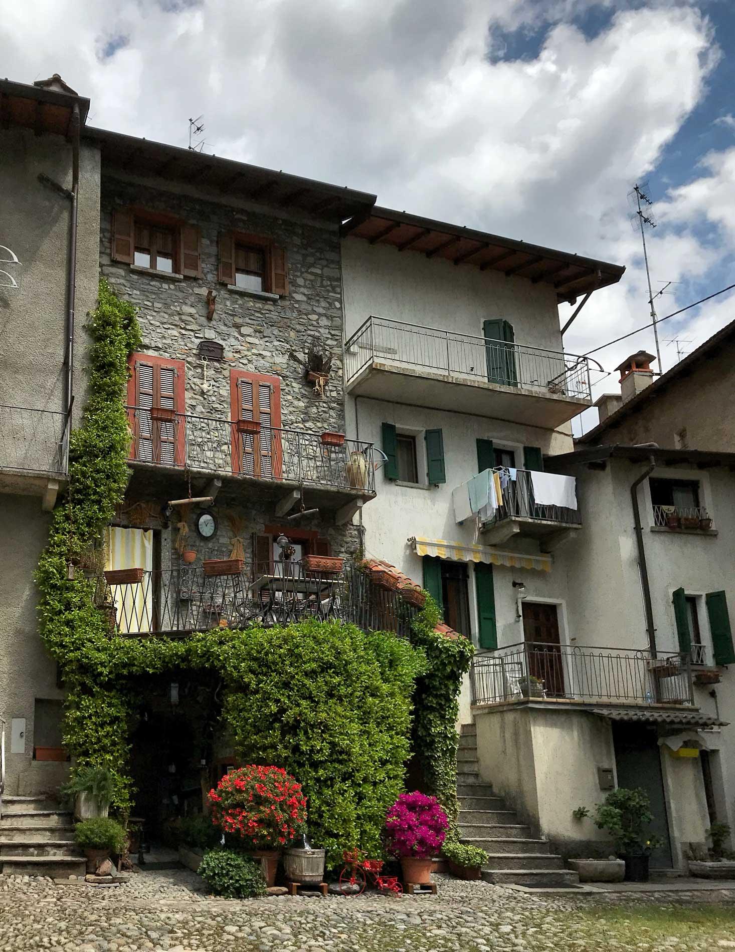 Ossuccio-case-antiche-edera-azalee