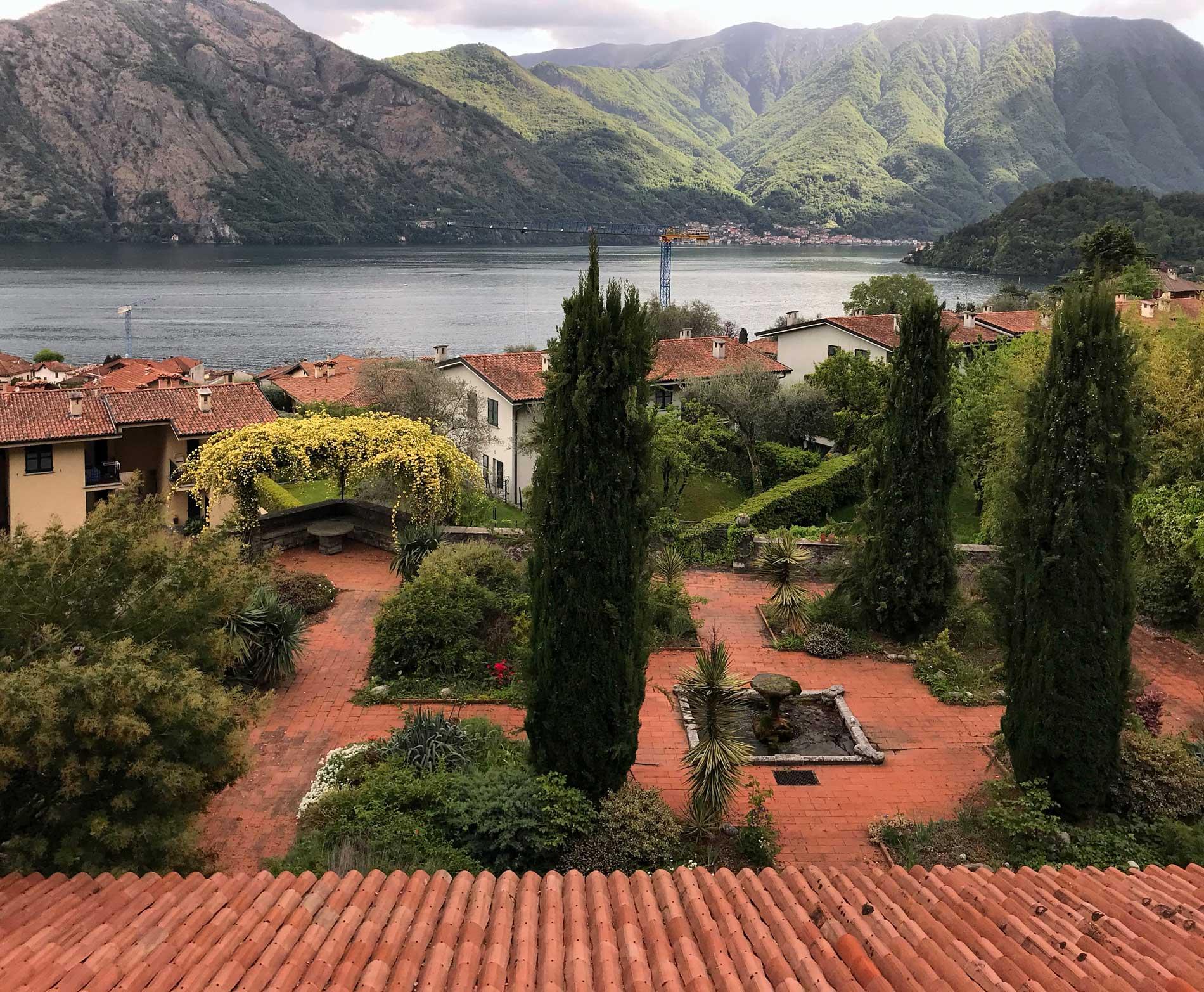 Mezzegra-Greenway-del-Lago-di-Como-case-giardino-cipressi