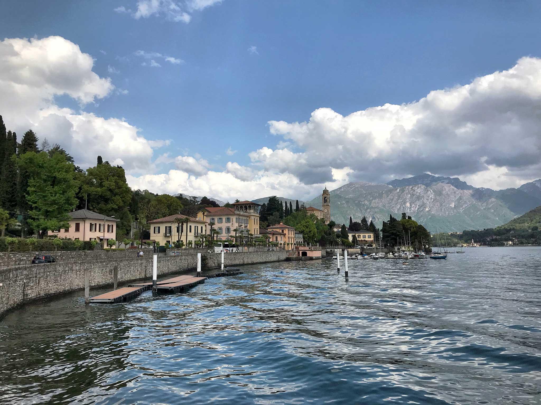 Tremezzo-Lago-di-Como-lungolago-barche-panorama