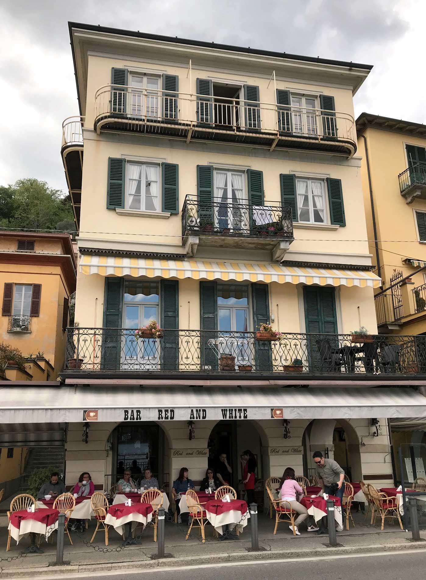 Tremezzo-bar-red-and-white-lungolago-tavolini-turisti