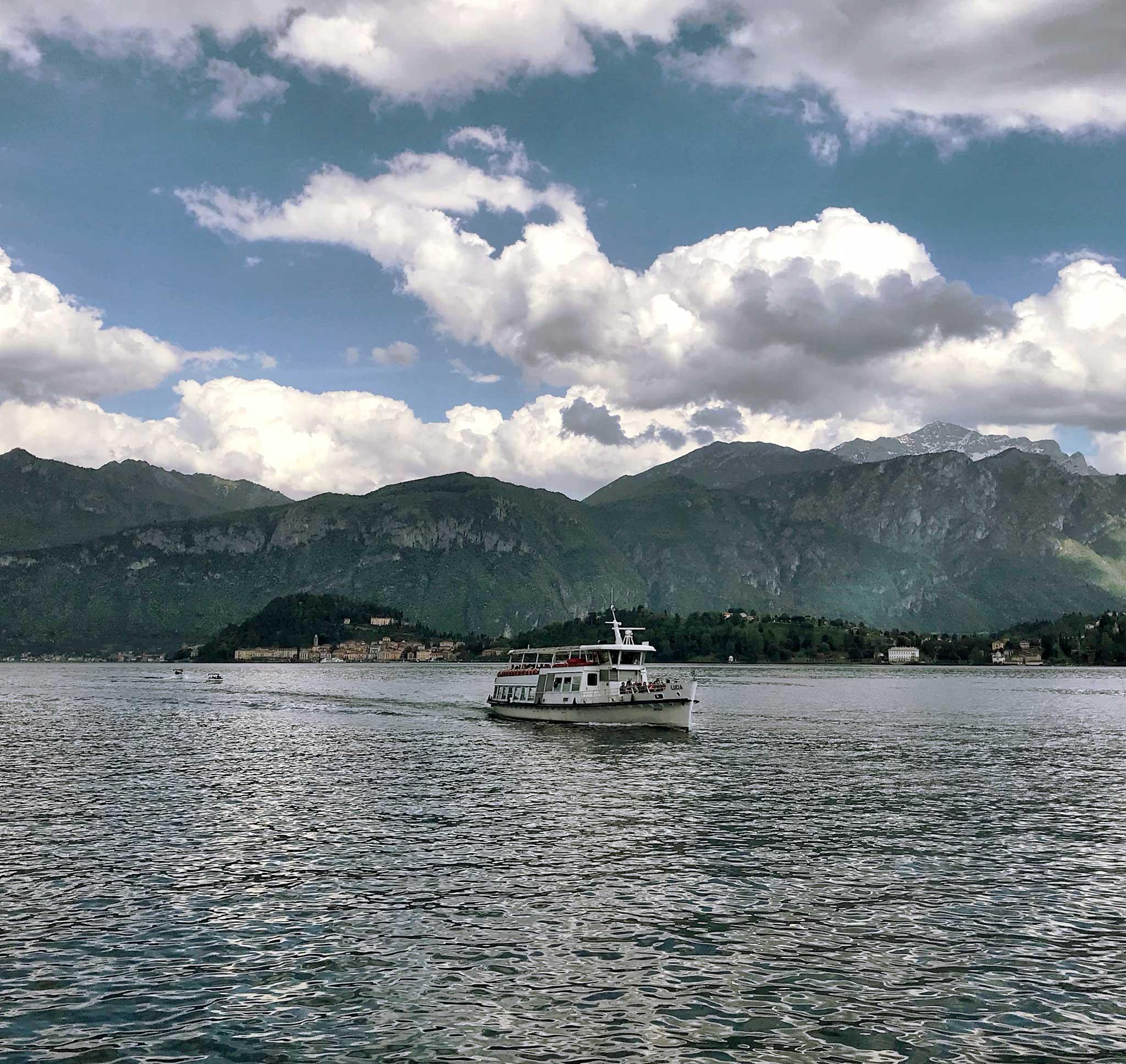 Tremezzo-Lago-di-Como-battello-nuvole-panorama