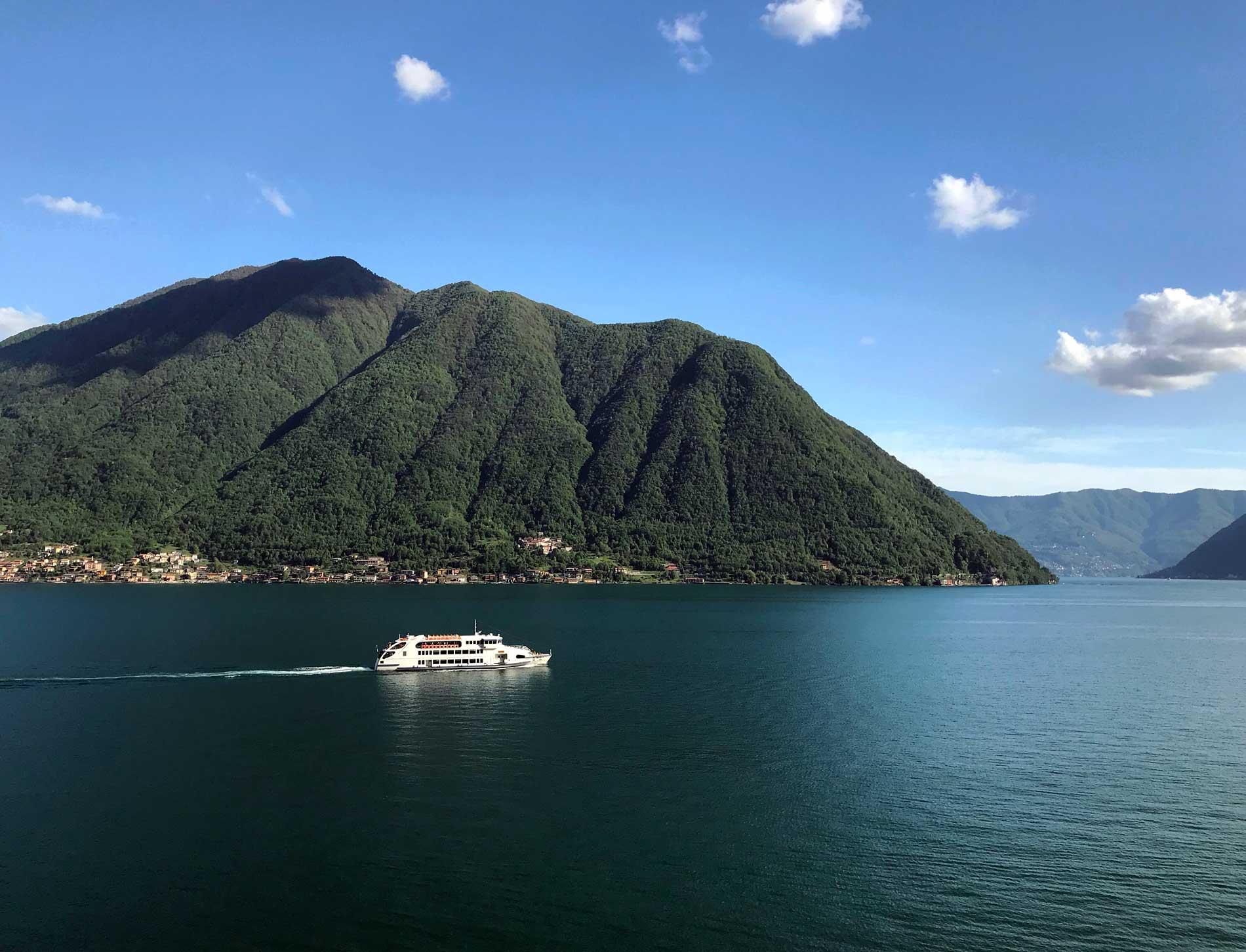 Colonno-Lago-di-Como-meraviglioso-panorama-traghetto-cielo-blu