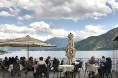 Lenno-lungolago-Lago-di-Como-tavolini-bar-vista
