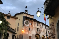 Clusone-val-seriana-Orologio-Platenario-Fanzago-via-lampione-tramonto