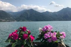 Lovere-Lago-dIseo-lungolago-fiori-colorati-cielo-nuvole
