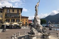Lovere-Lago-di-Iseo-Piazza-XIII-Martiri-Statua-della-liberta-palazzi