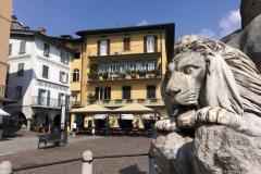 Lovere-Lago-di-Iseo-Piazza-XIII-Martiri-dettaglio-Statua-leone-palazzo-Pasticceria-Wender