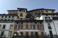 Lovere-Lago-di-Iseo-Piazza-XIII-Martiri-palazzi-finestre-colori