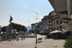 Lovere-Lago-di-Iseo-Piazza-XIII-Martiri-vista-Statua-della-liberta-palazzi