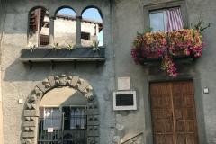 Lovere-Piazza-Vittorio-Emanuele-II-casa-arco-balcone-fiorito