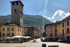 Pisogne-Piazza-Mercato-case-colorate-torre-chiesa