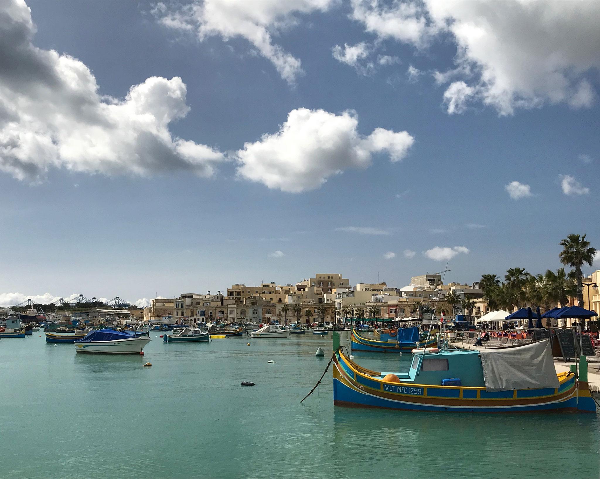 Marsaxlokk-Malta-mare-cielo-nuvole-luzzu-colorati