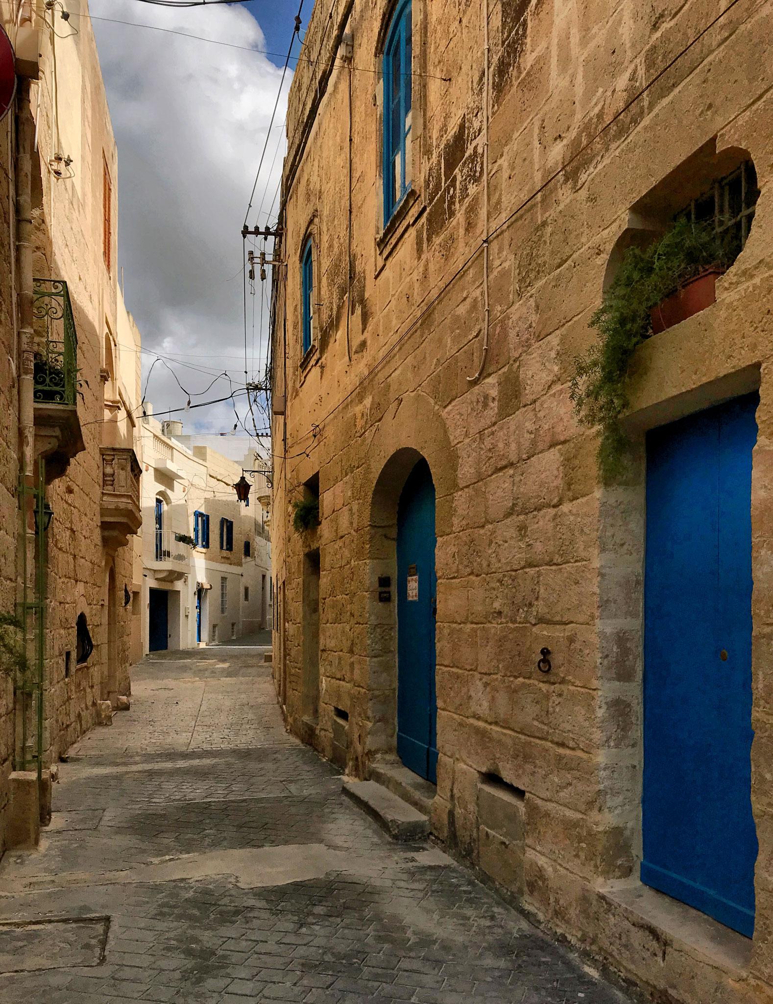 Rabat-Malta-via-porte-blu-pietra-maltese