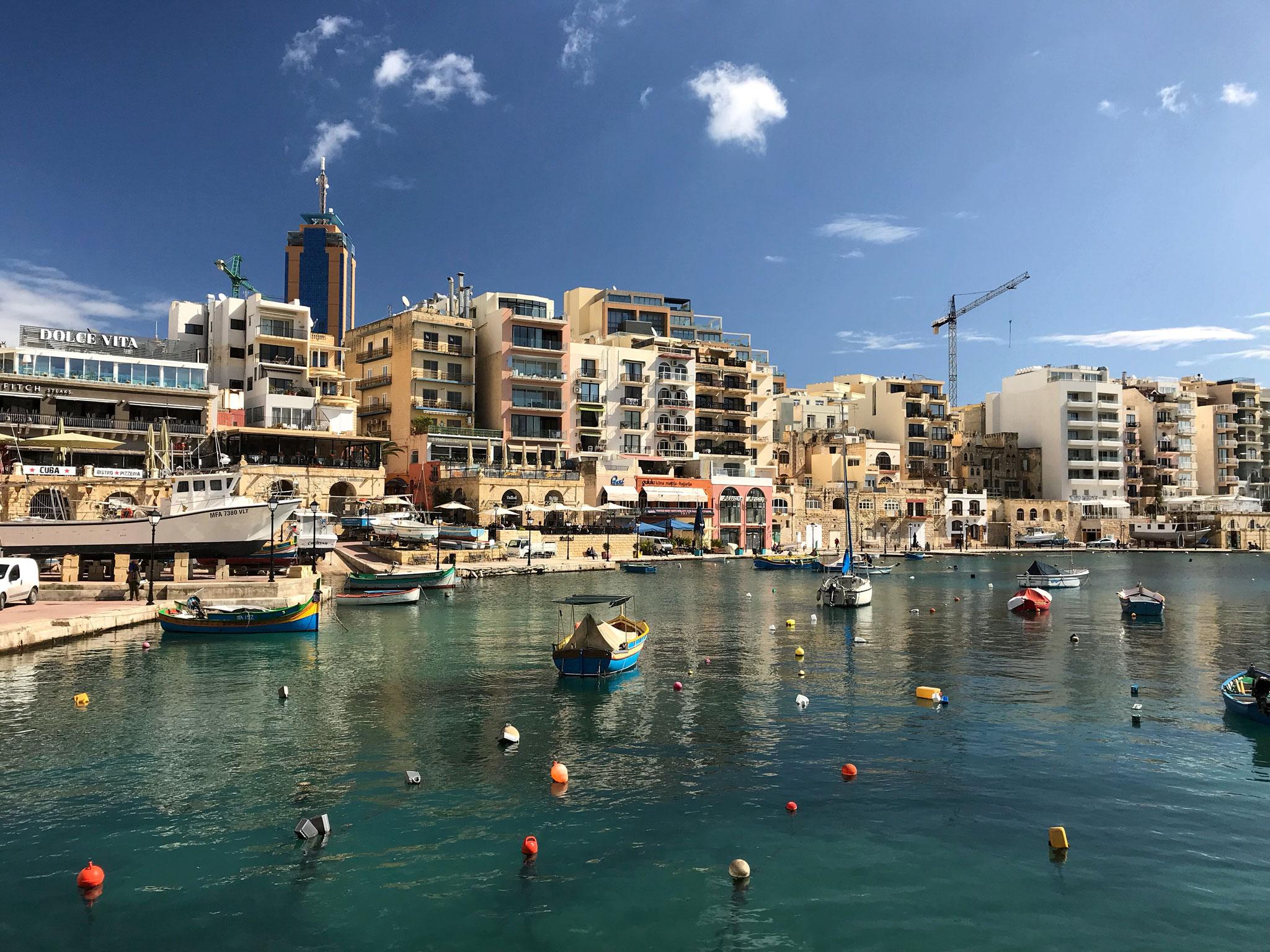 Spinola-Bay-St-Julians-Malta-mare-edifici-cielo