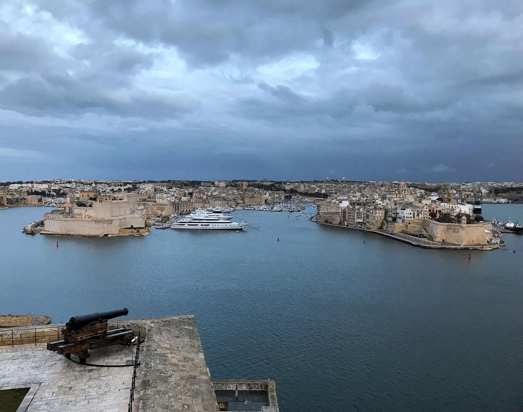 La-Valletta-Malta-panorama-Upper-Barrakka-Gardens-cannone-ora-blu
