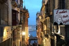 La-Valletta-Malta-strade-insegne-tramonto