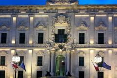 La-Valletta-Malta-auberge-castiglia-palazzo-bandiera-cannoni-notte