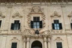 La-Valletta-Malta-auberge-castiglia-palazzo-bandiera-cannoni